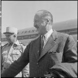 Le général d'armée Koening à l'aéroport de Gia Lam.