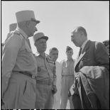 Le général Koening est accueilli par le général de Linarès et le général Salan à l'aéroport de Gia Lam.