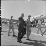 Le général Koening et le général Salan à l'aéroport de Gia Lam.