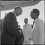 Le général Koening salue une personnalité vietnamienne à l'aéroport de Gia Lam.