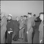M. Pierre Montel serre la main du lieutenant-colonel Bertin venu l'accueillir à son arrivée à l'aéroport de Bach Mai.