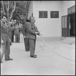 Le colonel Marguet, chef d'état-major, coupe le ruban traditionnel pour l'inauguration du mess des sous-officiers de l'état-major.
