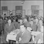 Quelques sous-officiers de l'état-major lors du repas d'inauguration du mess des sous-officiers de l'état-major.