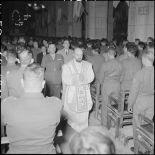 Le prêtre en plein office lors de la messe de commémoration de la naissance du maréchal de Lattre et de la libération de Colmar à la cathédrale Saint-Joseph d'Hanoï.
