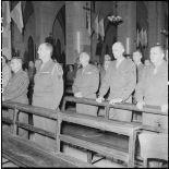 Des officiers pendant la messe de commémoration de la naissance du maréchal de Lattre et de la libération de Colmar à la cathédrale Saint-Joseph d'Hanoï.