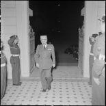 Le général de Berchoux arrive à la soirée du gala de judo qui a lieu au théâtre municipal d'Hanoï.
