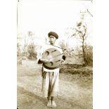 Yunnan méridional. Population aborigène. Jeune indigène de la campagne jouant de la guitare. [légende d'origine]