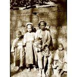 Yunnan méridional. Populations aborigènes. Groupe de femmes et enfants. [légende d'origine]