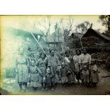 Yunnan méridional, populations aborigènes. Groupe de vieilles femmes et de petits enfants. [légende d'origine]