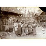 Yunnan méridional. Populations aborigènes. Jeunes filles indigènes de 16 à 18 ans. [légende d'origine]