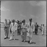 M. MacDonald  à son arrivée sur l'un des aérodromes d'Hanoï.