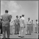 M. MacDonald et les personnalités venues l'accueillir à son arrivée sur l'un des aérodromes d'Hanoï.