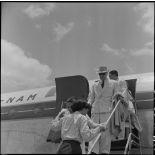 M. Merlo, délégué général du haut-commissaire de France au Nord-Vietnam, descend d'un avion.