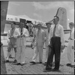 A son arrivée sur l'un des aérodromes d'Hanoï, M. Merlo, délégué général du haut-commissaire de France au Nord-Vietnam, s'entretient avec les autorités.