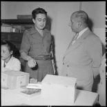 M. Remy-Neris discute avec un officier dans un établissement sanitaire.