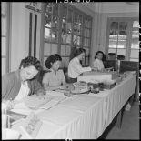 Groupe de femmes travaillant pour le laboratoire de l'armée.