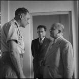M. Remy-Neris s'entretient avec le général Cogny.