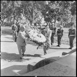 M. Remy-Neris porte une gerbe au monument aux morts.
