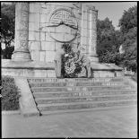 M. Remy-Neris dépose une gerbe au pied du monument aux morts.
