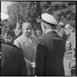 A l'occasion d'une commémoration, M. Remy-Neris serre la main d'un militaire.