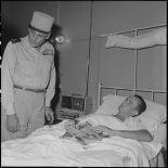 Le général Cogny, commandant en chef des FTNV (forces terrestres du Nord-Vietnam), au chevet d'un lieutenant.