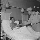 Le général Cogny, commandant en chef des FTNV (forces terrestres du Nord-Vietnam), serre la main d'un médecin capitaine du 3e REI (régiment étranger d'infanterie).