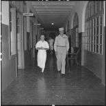 Le général Cogny, commandant en chef des FTNV (forces terrestres du Nord-Vietnam), en compagnie du médecin colonel Charpentier.