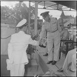 Le colonel Vu Van Thu, commandant du Bao Chinh Doan, félicite un sous-lieutenant nouvellement promu.