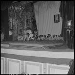 Démonstration de judo au cours d'une soirée de gala organisée par les judokas des commandos au théâtre municipal d'Hanoï.