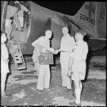 Le général Dechaux, commandant du GATac-Nord et le commandant de Maison Rouge, chef du cabinet du général Cogny, accueillent le professeur Huard à sa descente d'avion.