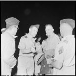 Le lieutenant colonel Duranthon, commandant de la base aérienne de Bach Mai, accueille les membres de la commission chargée de la question de l'évacuation des blessés de Diên Biên Phu.