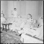 Dans le salon du général Cogny, le professeur Huard rend compte de sa mission.