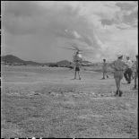 Le premier hélicoptère sanitaire atterrit sur le terrain de Luang Prabang.