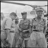 Le médecin-commandant Grauwin s'entretient avec un photographe-cameraman du SPI (Service presse information).