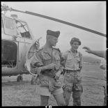 Le médecin-commandant Grauwin, chirurgien en chef de l'antenne de Diên Biên Phu, et un soldat des TAP (troupes aéroportées).