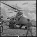 Hélicoptère sanitaire ayant atterri sur le terrain de Luang Prabang.