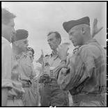 Le médecin-commandant Grauwin, chirurgien en chef de l'antenne de Diên Biên Phu, en compagnie d'un médecin-capitaine.
