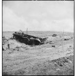 Epave d'un char moyen allemand Panzer-III sur le champ de bataille de Kasserine.