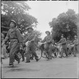 L'entrée des troupes de l'APVN (Armée populaire vietnamienne) dans la ville d'Hanoï.