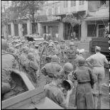 Des éléments de la police militaire française stationnent aux carrefours importants de la ville d'Hanoï pour maintenir l'ordre.