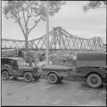 Militaires du CEFEO (Corps expéditionnaire français en Extrême-Orient) devant le pont Paul-Doumer (aujourd'hui Long Biên).