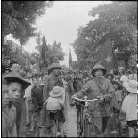 Les troupes mobiles cyclistes de l'APVN (Armée populaire vietnamienne) sont les premières à entrer dans la ville d'Hanoï.