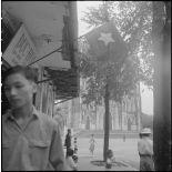 Le drapeau Viêt-minh flotte dans les rues d'Hanoï.