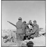 Des artilleurs du 411e RAAA (régiment d'artillerie antiaérienne) servent une mitrailleuse antiaérienne Hochkiss 13,2 mm sur affût bitube avec système de visée Le Prieur-Ricordel.