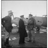 Avant son départ pour Bône, l'amiral François Darlan, haut-commissaire de France en AFN (Afrique française du Nord), s'entretient avec le pilote de son appareil, le lieutenant Person. A leur côté, le capitaine Weiss.