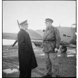 Avant son départ pour Bône, l'amiral François Darlan, haut-commissaire de France en AFN (Afrique française du Nord), s'entretient avec le pilote de son appareil, le lieutenant Person.