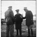 Avant son départ pour Bône, l'amiral François Darlan, haut-commissaire de France en AFN (Afrique française du Nord), s'entretient avec le lieutenant Person, pilote de son appareil et le capitaine Weiss.