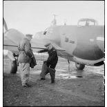 Avant d'embarquer pour Bône, l'amiral François Darlan, haut-commissaire de France en AFN (Afrique française du Nord), revêt une tenue de vol que lui a remis le lieutenant Person, pilote de l'appareil.