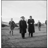 A son retour de Bône, l'amiral François Darlan, haut-commissaire de France en AFN (Afrique française du Nord), est accueilli par le contre-amiral Robert Battet, directeur du cabinet militaire du ministre de la Marine. A gauche, le capitaine Weiss.