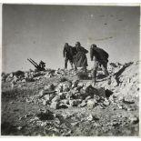 Des artilleurs du 411e RAAA (régiment d'artillerie antiaérienne) courent vers leur mitrailleuse antiaérienne Hochkiss 13,2 mm sur affût bitube.